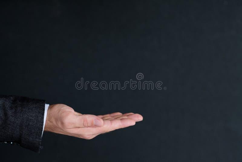 Παλάμη χεριών ατόμων που κρατά την αόρατη διαφήμιση παλαμών στοκ εικόνες με δικαίωμα ελεύθερης χρήσης