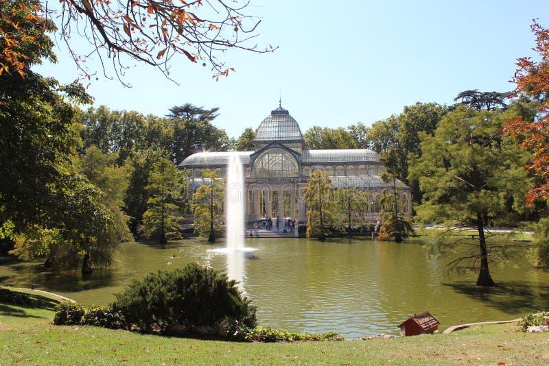 Παλάτι κρυστάλλου, παλάτι γυαλιού, πάρκο Retiro, πηγή, πάπιες, ψάρια Μαδρίτη Ισπανία στοκ φωτογραφία με δικαίωμα ελεύθερης χρήσης