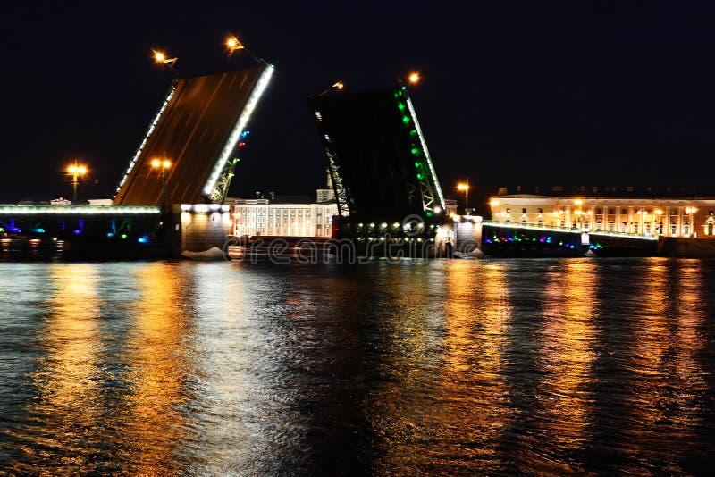 παλάτι νύχτας γεφυρών στοκ εικόνα με δικαίωμα ελεύθερης χρήσης