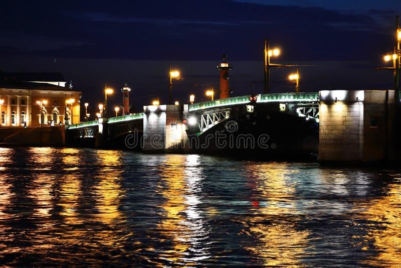 παλάτι Πετρούπολη ST νύχτας γεφυρών στοκ φωτογραφία με δικαίωμα ελεύθερης χρήσης