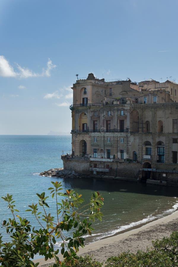 """Παλάτι της Anna Donn """"και άποψη Posillipo στη Νάπολη στοκ εικόνες με δικαίωμα ελεύθερης χρήσης"""
