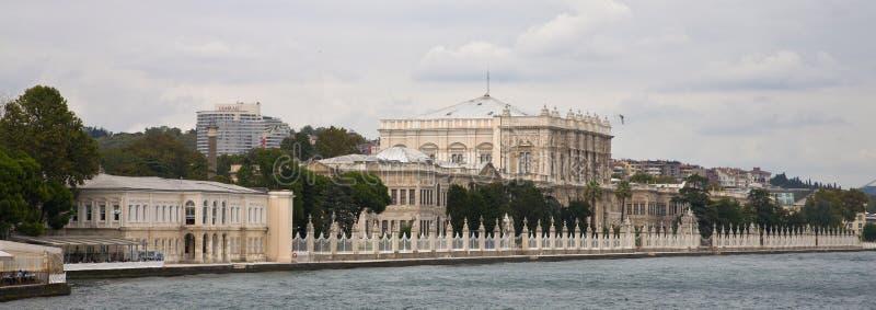 Παλάτι Dolmabahce μέσα από το νερό στοκ φωτογραφία