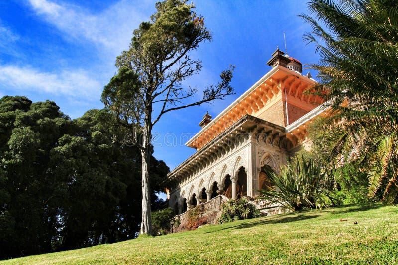 Παλάτι Monserrate μεταξύ του φυλλώδους και πράσινου κήπου σε Sintra στοκ εικόνες