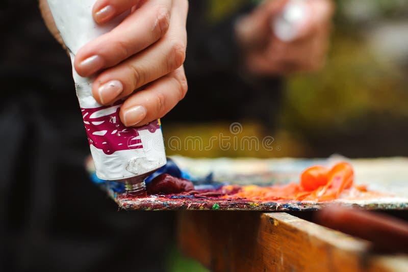 Παλέτα τέχνης καλλιτεχνικός εξοπλισ& χρώμα βουρτσών καλλιτεχνική ανασκόπηση Εργαλεία τέχνης και τεχνών Παλέτα τέχνης με το σωλήνα στοκ φωτογραφίες
