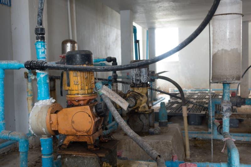 Παλαιά άντληση νερού και υδροσωλήνες στο εργοστάσιο επεξεργασίας νερού στοκ εικόνες