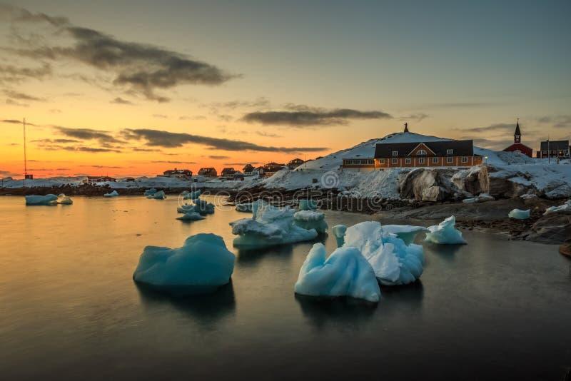 Παλαιά άποψη λιμενικού ηλιοβασιλέματος πόλεων του Νουούκ με τα παγόβουνα στοκ εικόνα με δικαίωμα ελεύθερης χρήσης