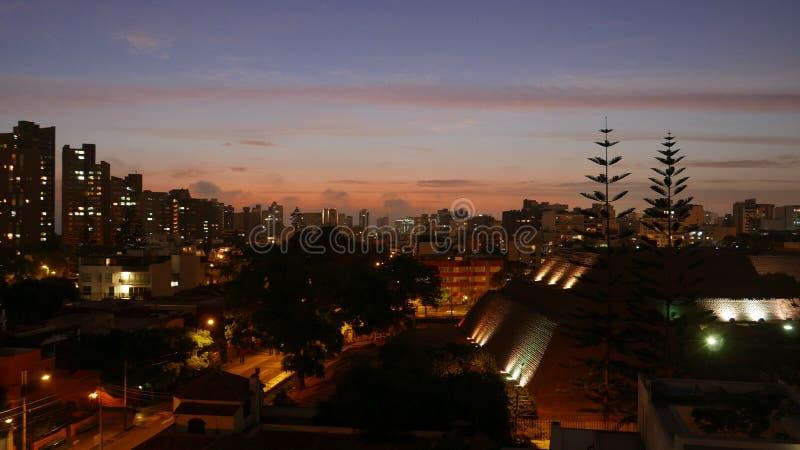 Παλαιά άποψη νύχτας πυραμίδων που περιβάλλεται από τα κτήρια, Λίμα στοκ εικόνες με δικαίωμα ελεύθερης χρήσης