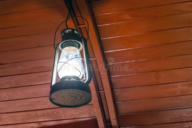 Παλαιά ένωση λαμπτήρων καψίματος κηροζίνης επάνω σε ένα ξύλινο ανώτατο όριο στοκ εικόνες