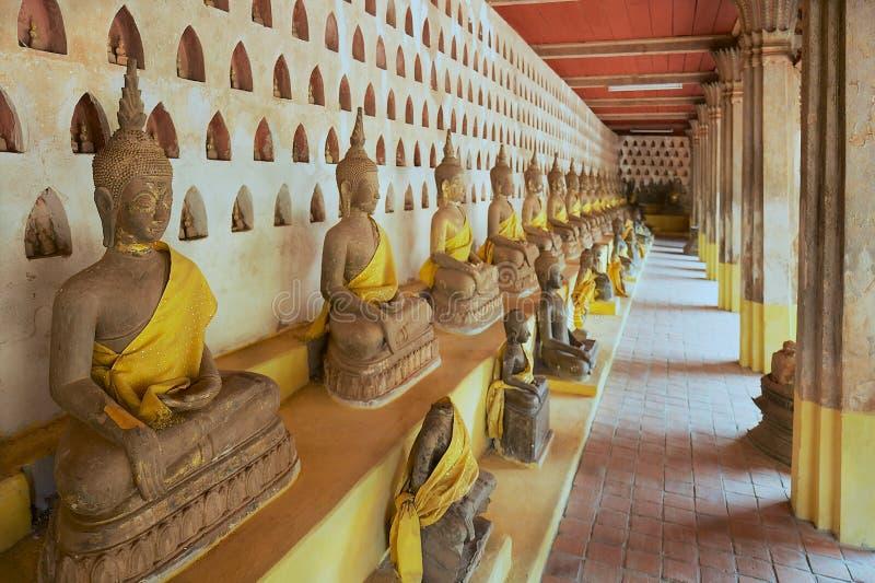 Παλαιά αγάλματα του Βούδα στο ναό Si Saket Wat σε Vientiane, Λάος στοκ εικόνα