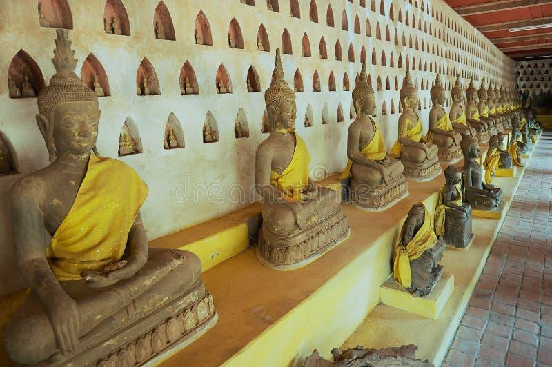 Παλαιά αγάλματα του Βούδα στο ναό Si Saket Wat σε Vientiane, Λάος στοκ εικόνα με δικαίωμα ελεύθερης χρήσης