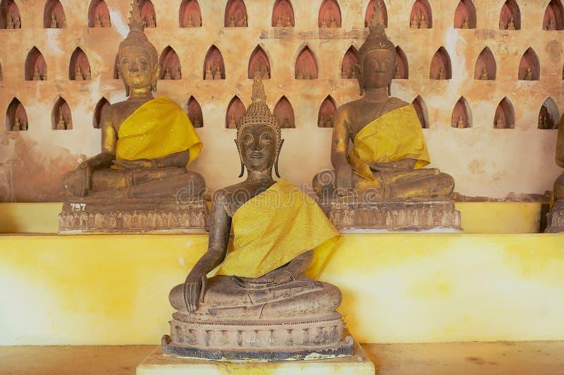 Παλαιά αγάλματα του Βούδα στο ναό Si Saket Wat σε Vientiane, Λάος στοκ εικόνες