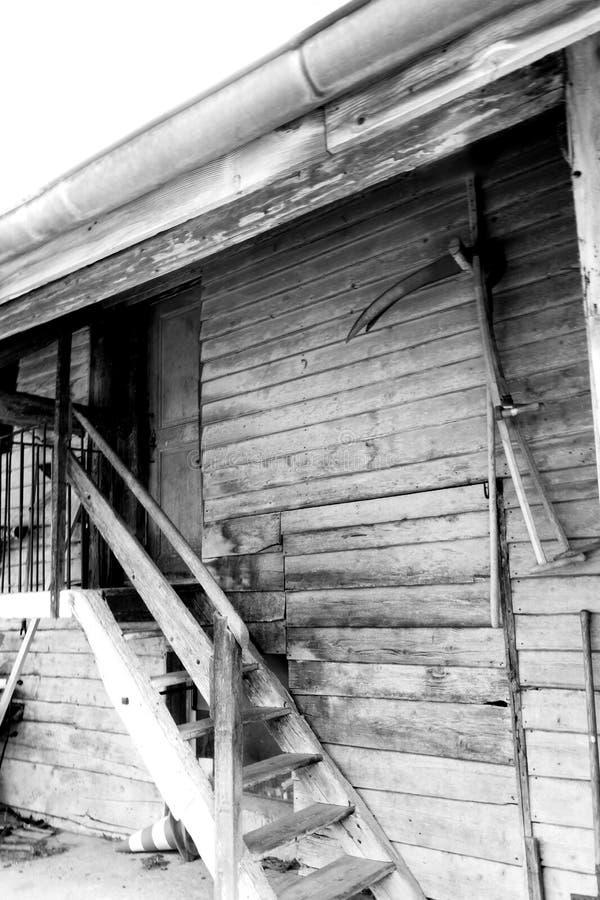 Παλαιά αγροτική ευρωπαϊκή είσοδος αγροτικών σκαλοπατιών στοκ εικόνα