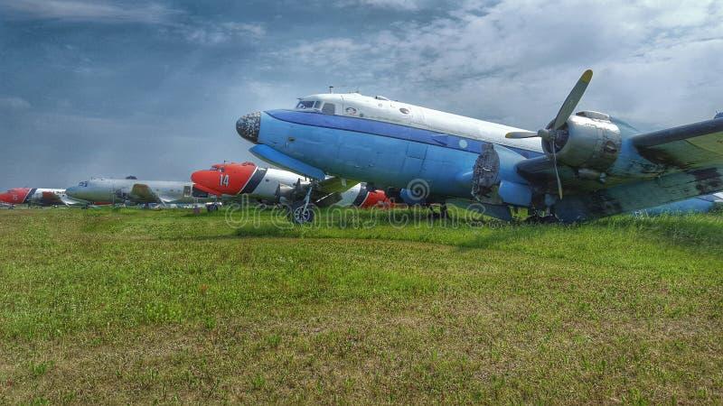 Παλαιά αεροπλάνα στον αερολιμένα ποταμών σανού στοκ εικόνες
