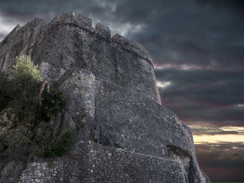 Παλαιά ακρόπολη στο βράχο με τη θυελλώδη κατώτατη άποψη ουρανού στοκ φωτογραφίες με δικαίωμα ελεύθερης χρήσης