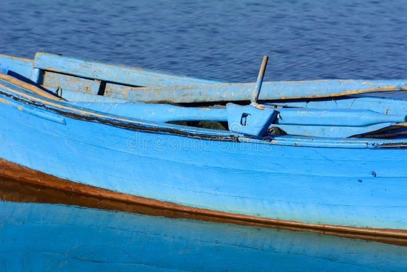 Παλαιά αλιευτικά σκάφη με τα φωτεινά χρώματα στην αυγή στη λίμνη στοκ εικόνα με δικαίωμα ελεύθερης χρήσης