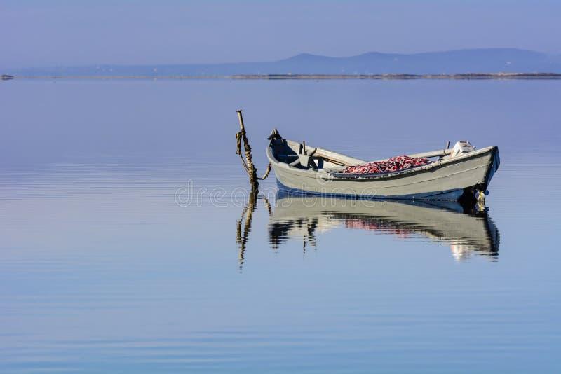 Παλαιά αλιευτικά σκάφη με τα φωτεινά χρώματα στην αυγή στη λίμνη στοκ φωτογραφία με δικαίωμα ελεύθερης χρήσης