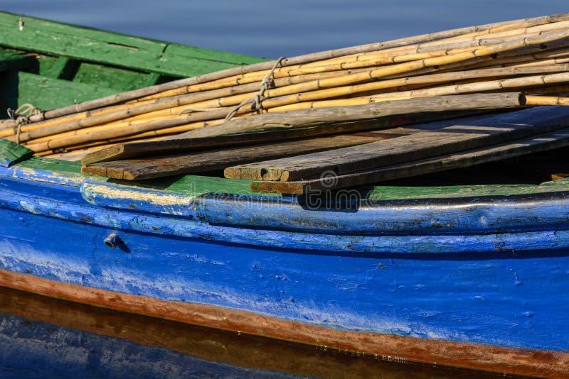 Παλαιά αλιευτικά σκάφη με τα φωτεινά χρώματα στην αυγή στη λίμνη στοκ φωτογραφία