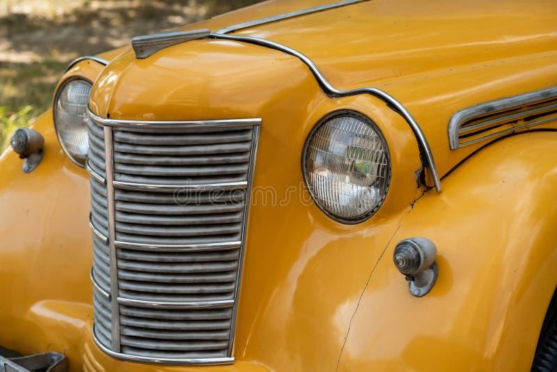 Παλαιά αναδρομική κίτρινη κινηματογράφηση σε πρώτο πλάνο αυτοκινήτων στοκ φωτογραφίες με δικαίωμα ελεύθερης χρήσης