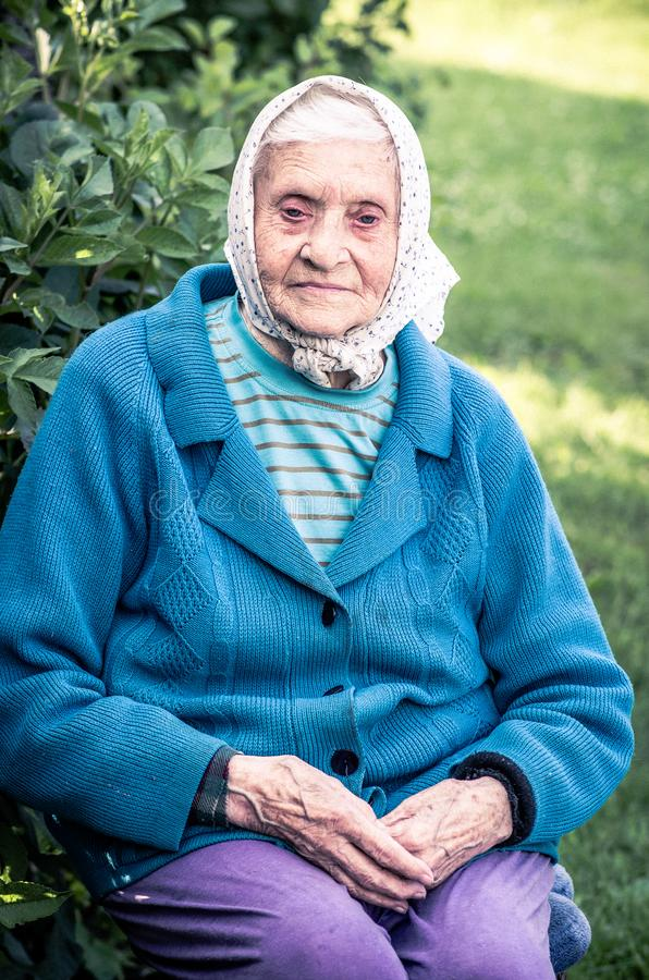 Παλαιά ανώτερη συνεδρίαση γυναικών σε ένα πάρκο στοκ εικόνα με δικαίωμα ελεύθερης χρήσης
