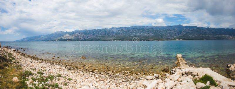 Παλαιά αποβάθρα πετρών στην αδριατική ακτή στοκ εικόνες