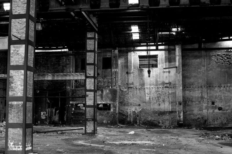 Παλαιά αποθήκη εμπορευμάτων στην ερείπωση, εγκαταλειμμένο εσωτερικό οικοδόμησης στοκ φωτογραφία με δικαίωμα ελεύθερης χρήσης
