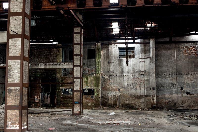 Παλαιά αποθήκη εμπορευμάτων στην ερείπωση, εγκαταλειμμένο εσωτερικό οικοδόμησης στοκ εικόνες με δικαίωμα ελεύθερης χρήσης