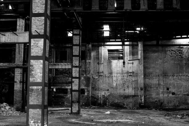 Παλαιά αποθήκη εμπορευμάτων στην ερείπωση, εγκαταλειμμένο εσωτερικό οικοδόμησης στοκ εικόνα