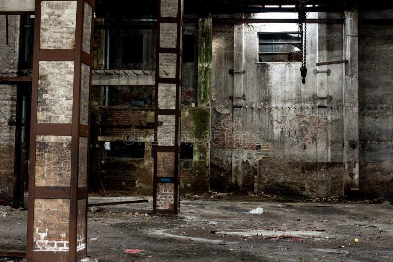 Παλαιά αποθήκη εμπορευμάτων στην ερείπωση, εγκαταλειμμένο εσωτερικό οικοδόμησης στοκ φωτογραφία