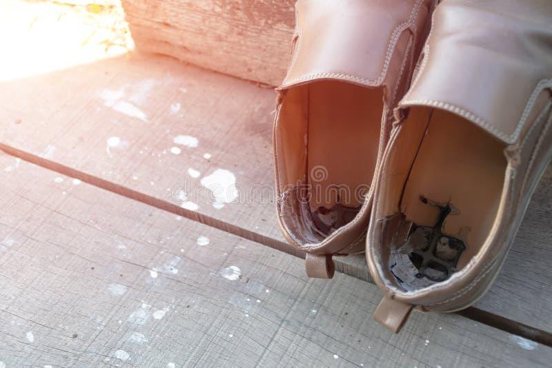 Παλαιά αρσενικά καφετιά παπούτσια δέρματος στοκ φωτογραφίες
