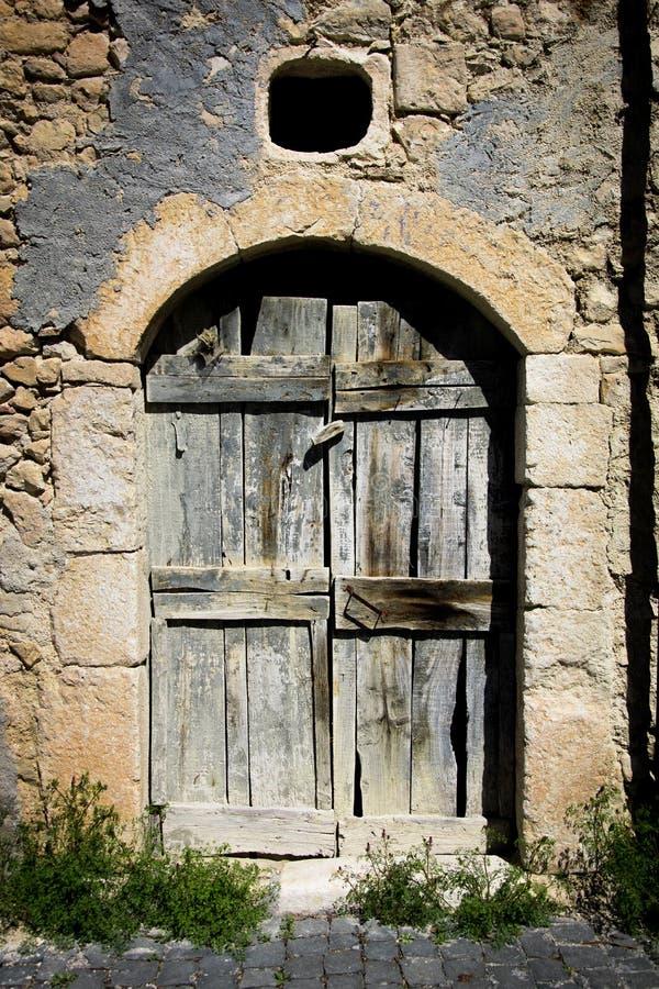 Παλαιά αρχαία πόρτα σπιτιών σε μια ιταλική χώρα στοκ εικόνες με δικαίωμα ελεύθερης χρήσης