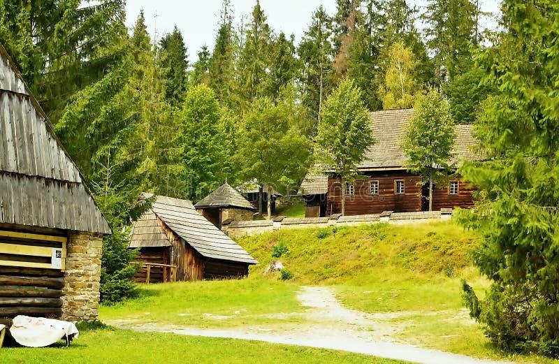Παλαιά αρχιτεκτονική των ξύλινων σπιτιών στο μουσείο του χωριού Orava σε Zuberec στη Σλοβακία στοκ φωτογραφία