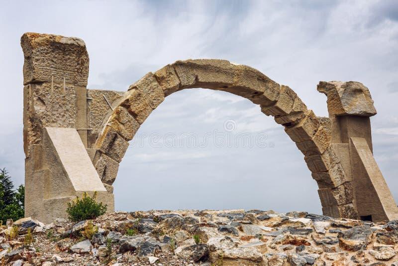Παλαιά αψίδα ενάντια στο μπλε ουρανό Οι καταστροφές Ephesus E r στοκ εικόνα με δικαίωμα ελεύθερης χρήσης