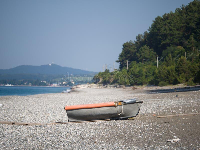 Παλαιά βάρκα σε μια εγκαταλειμμένη ακροθαλασσιά μια ηλιόλουστη θερινή ημέρα στοκ φωτογραφία με δικαίωμα ελεύθερης χρήσης