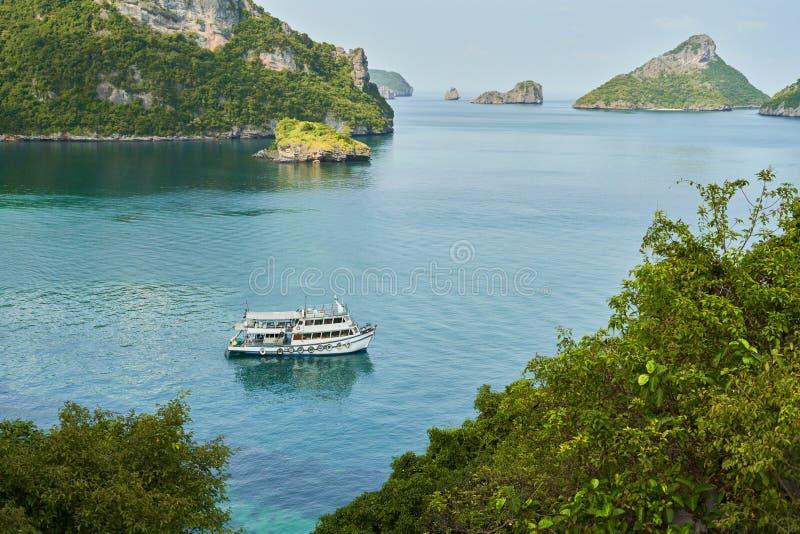 Παλαιά βάρκα στον κόλπο μεταξύ των νησιών στοκ εικόνα με δικαίωμα ελεύθερης χρήσης