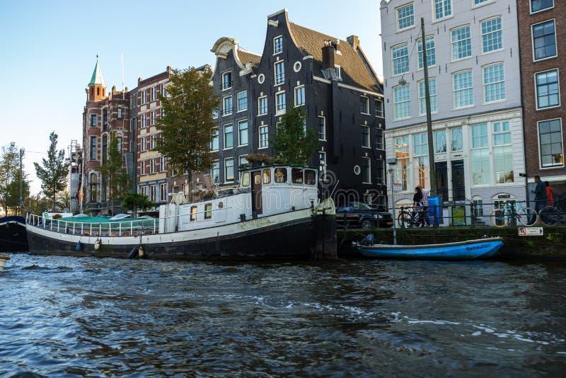 Παλαιά βάρκα τουριστών στο κανάλι του Άμστερνταμ, στις 12 Οκτωβρίου 2017 στοκ εικόνα