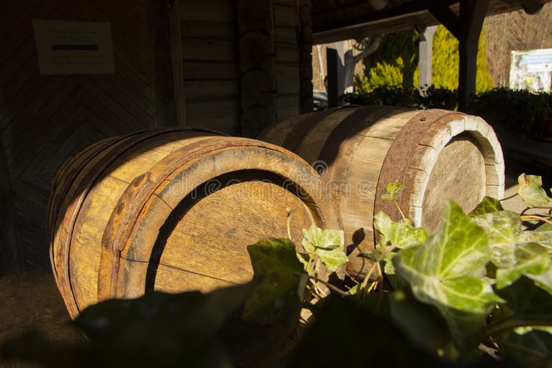 Παλαιά βαρέλια κρασιού στο ξύλινο υπόβαθρο πορτών με τον οξυδωμένο σφ στοκ εικόνες με δικαίωμα ελεύθερης χρήσης