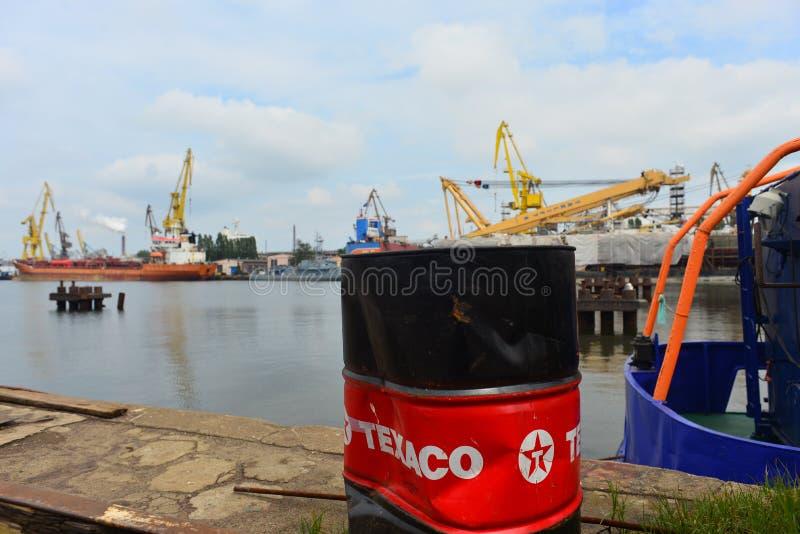 Παλαιά βαρέλι και σκάφη πετρελαίου στο ναυπηγείο του Γντανσκ Shiprepairing στο Γντανσκ, Πολωνία στοκ εικόνες