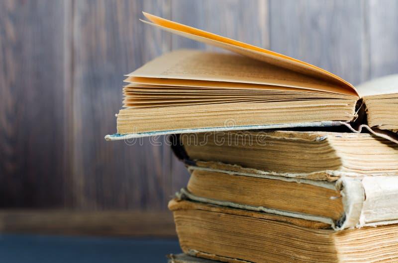 Παλαιά βιβλία με τις τσαλακωμένες, σχισμένες καλύψεις o στοκ φωτογραφίες με δικαίωμα ελεύθερης χρήσης