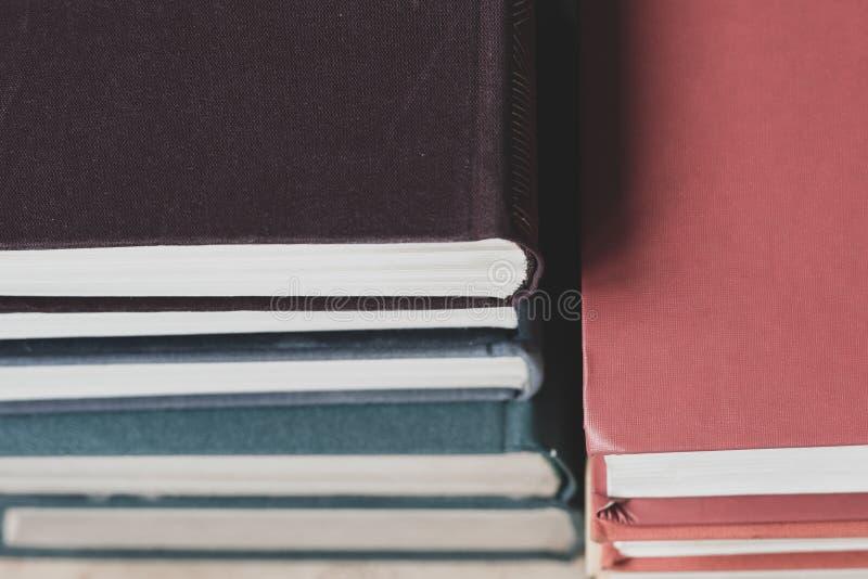 Παλαιά βιβλία που στέκονται σε μια σειρά στο άσπρο υπόβαθρο στοκ φωτογραφία με δικαίωμα ελεύθερης χρήσης
