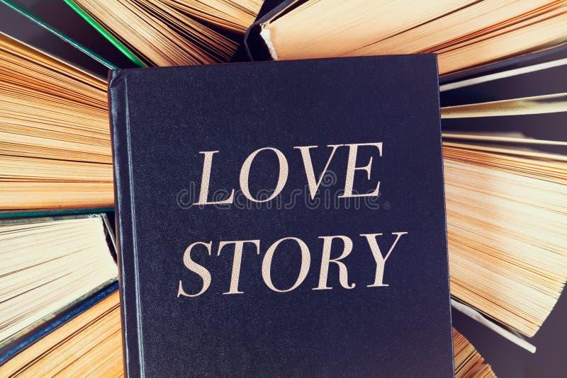 Παλαιά βιβλία hardcover με το βιβλίο Love Story στην κορυφή στοκ φωτογραφία με δικαίωμα ελεύθερης χρήσης