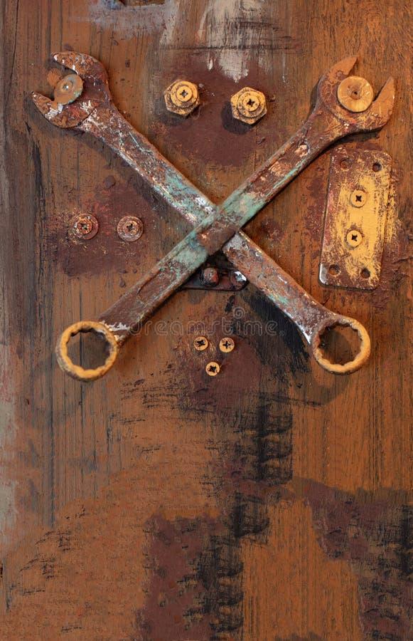 Παλαιά, βρώμικα wrenchs ενάντια στη μεταλλική χρωματισμένη ξύλινη επιφάνεια στοκ φωτογραφίες με δικαίωμα ελεύθερης χρήσης