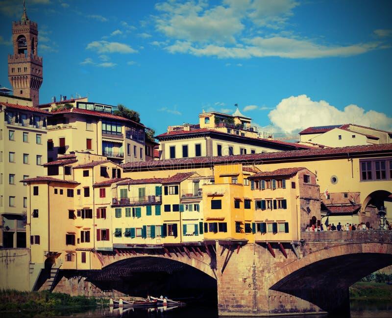Παλαιά γέφυρα αποκαλούμενη Ponte Vecchio στη Φλωρεντία Ιταλία με το εκλεκτής ποιότητας ε στοκ εικόνες