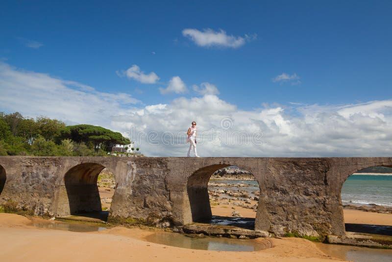 Παλαιά γέφυρα πετρών στην παραλία EL Sardinero στο σαντάντερ, Ισπανία στοκ εικόνα