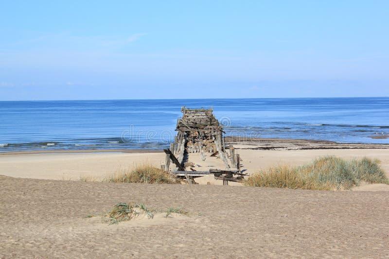 Παλαιά γέφυρα στη θάλασσα κοντά στην παραλία στοκ φωτογραφίες με δικαίωμα ελεύθερης χρήσης