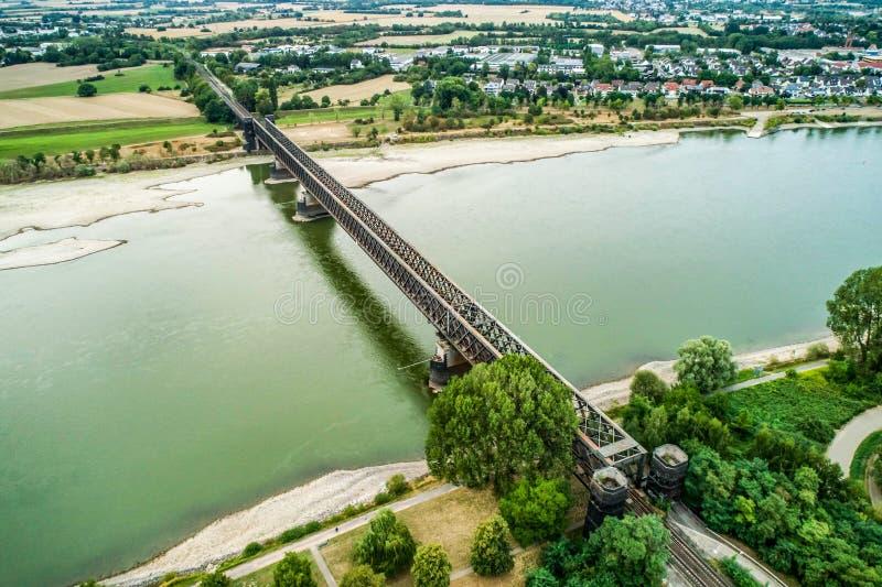 Παλαιά γέφυρα τραίνων koblenz πλησίον κατά τη διάρκεια της ξηρασίας Γερμανία, χαμηλά νερού του Ρήνου σκάφη φορτίου μεταφορών νερο στοκ εικόνα