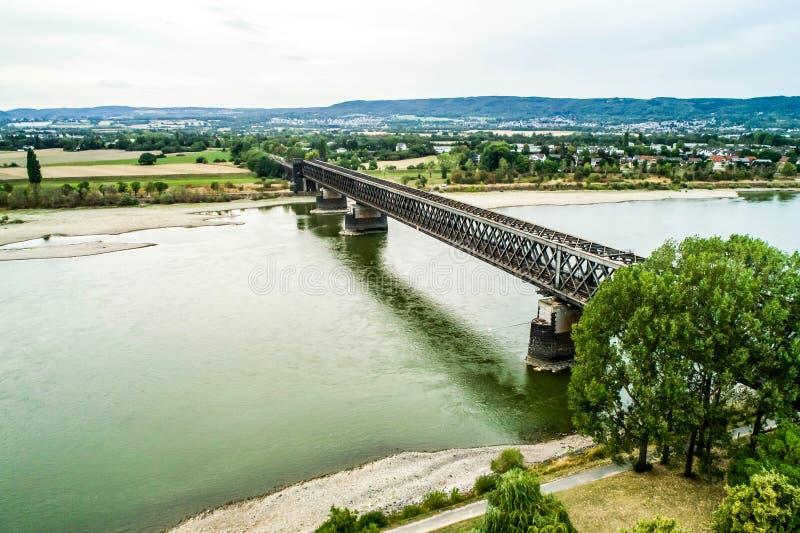 Παλαιά γέφυρα τραίνων koblenz πλησίον κατά τη διάρκεια της ξηρασίας Γερμανία, χαμηλά νερού του Ρήνου σκάφη φορτίου μεταφορών νερο στοκ φωτογραφίες