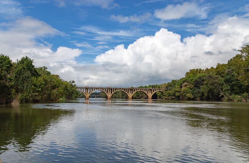 Παλαιά γέφυρα Fredericksburg Βιρτζίνια ΗΠΑ με τον όμορφο ορίζοντα στοκ εικόνες με δικαίωμα ελεύθερης χρήσης