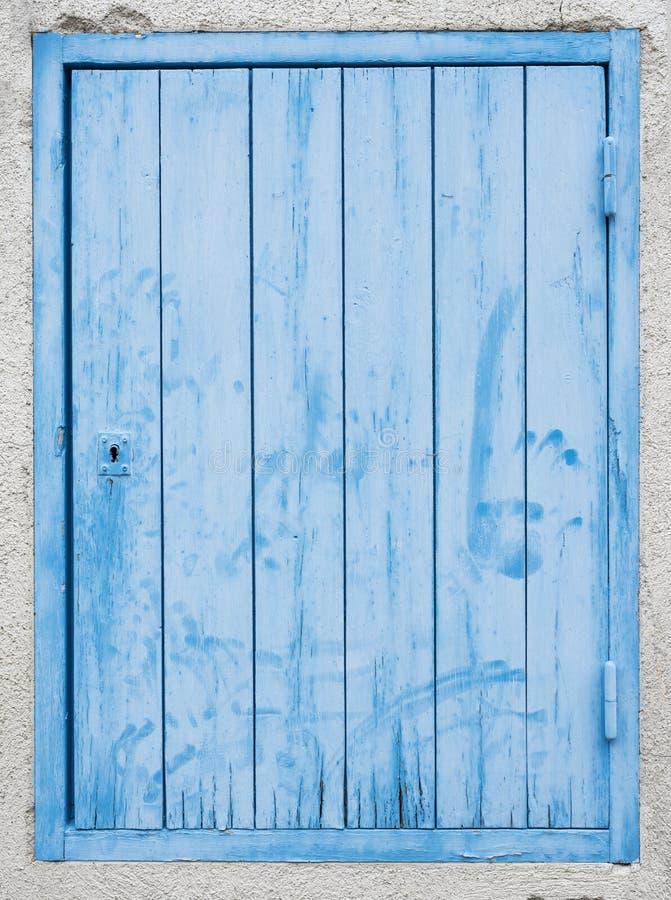 Παλαιά γαλαζοπράσινη πόρτα με το χρώμα αποφλοίωσης στοκ εικόνες με δικαίωμα ελεύθερης χρήσης