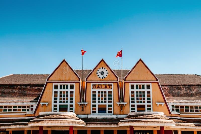 Παλαιά γαλλική αποικιακή αρχιτεκτονική σταθμών τρένου Dalat - Βιετνάμ στοκ φωτογραφίες