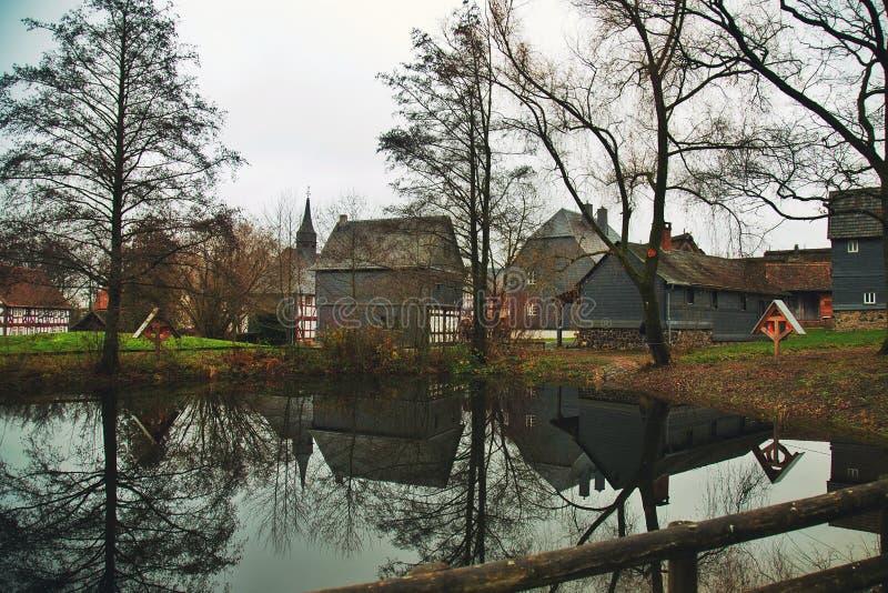 Παλαιά γερμανικά σπίτια κοντά στη λίμνη στοκ εικόνες